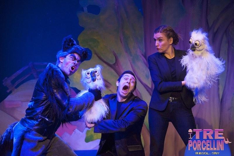 Il lupo, Twit e Twoo in una scena de I tre porcellini un musical curvy