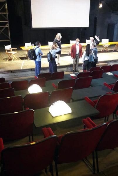 Riapre il Teatro Parenti: la nova disposizione delle poltroncine. Foto: Sarah Pellizzari Rabolini.