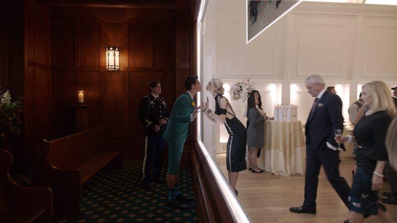 Robbie Amell e Allegra Edwards in una scena di UPLOAD. Photo:: courtesy of Amazon.