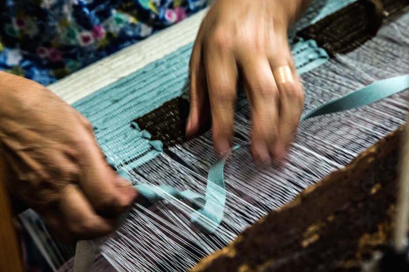 La ragione nelle mani, un particolare della lavorazione dei tappeti. Photo © Emanuel Montini.
