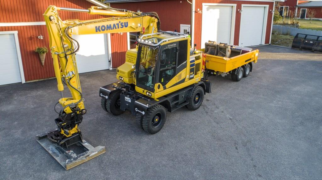 Hjulgrävare, Randex-kärra, skopor och redskap ingår i Niklas Zetterlunds utrustning. (Fotograf Mats Thorner)