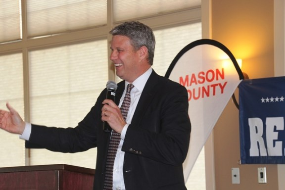Congressman Huizenga speaks at the Mason County GOP dinner.