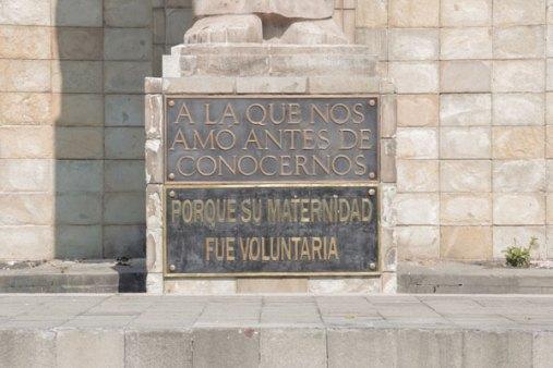 Placas a los pies del Monumento a la Madre, en la CDMX