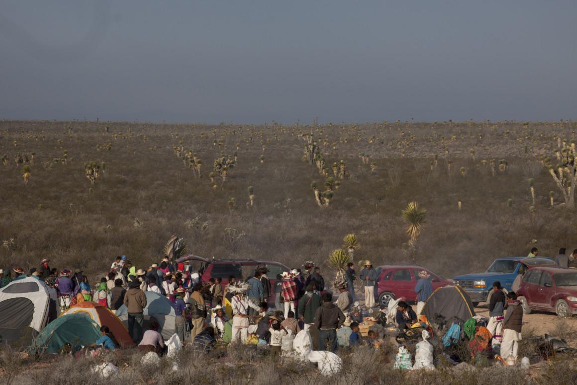 WIRIKUTA, SAN LUIS POTOSÍ, 20MARZO2012.- Wirikuta es, dentro de la cosmogonía de los indígenas wixarrica (huicholes), uno de los sitios más sagrados de su cultura. Se ubica en un espacio de aproximadamente 14 mil hectáreas de San Luis Potosí, en los municipios de Catorce, Charcas, Matehuala, Villa de Guadalupe, Villa de La Paz y Villa de Ramos. El sitio es sagrado para los wixarricas ya que la creación del mundo ocurrió en dicho sitio según sus creencias. Es desde 1998 parte de la Red Mundial de Sitios Sagrados Naturales de la UNESCO. A pesar de ello, la Secretaría de Economía otorgó 22 concesiones mineras a la empresa canadiense First Majestic Silver para la explotación de plata en Wirikuta. La compañía construirá en ese territorio una carretera para sacar su producción. El proyecto tendrá consecuencias devastadoras para el pueblo wixárika y para el medio ambiente. Los permisos de operación provocarán la contaminación de los ríos, el acuífero, la tierra y el aire.  FOTO: IVÁN STEPHENS /CUARTOSCURO.COM
