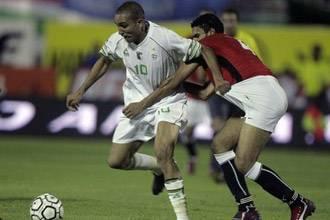المنتخب المصري يسجل الهدف الأول في مرمى الجزائر في الدقيقة الثالثة