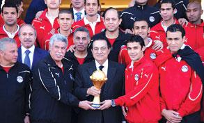 استقبال مبارك لـ منتخب الفراعنة بعد عودتهم من انجولا 2010   فيديو