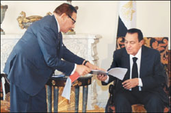 الرئيس حسني مبارك يؤكد ضرورة الالتزام في انتخابات مجلس الشورى بالقانون والدستور