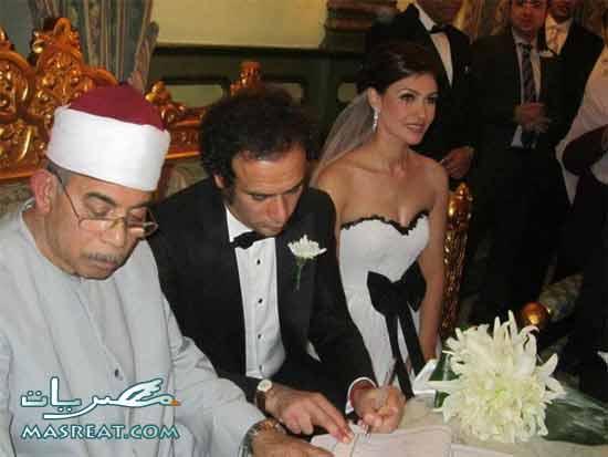 العروسين عمرو حمزاوي وبسمة لحظة توقيع عقد القران