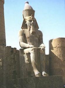 احد تماثيل الملك رمسيس الثاني