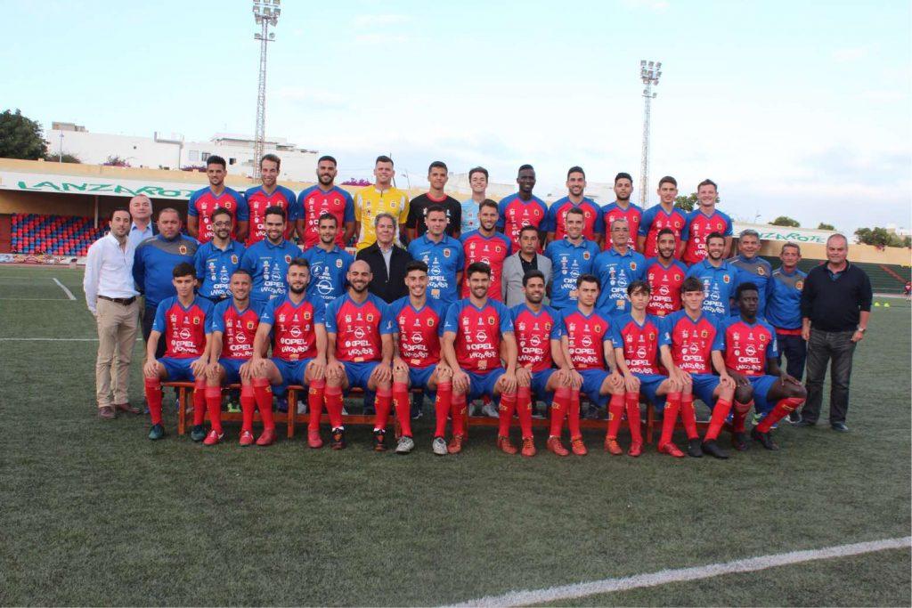 La plantilla de la UD Lanzarote realiza la foto oficial de la ...