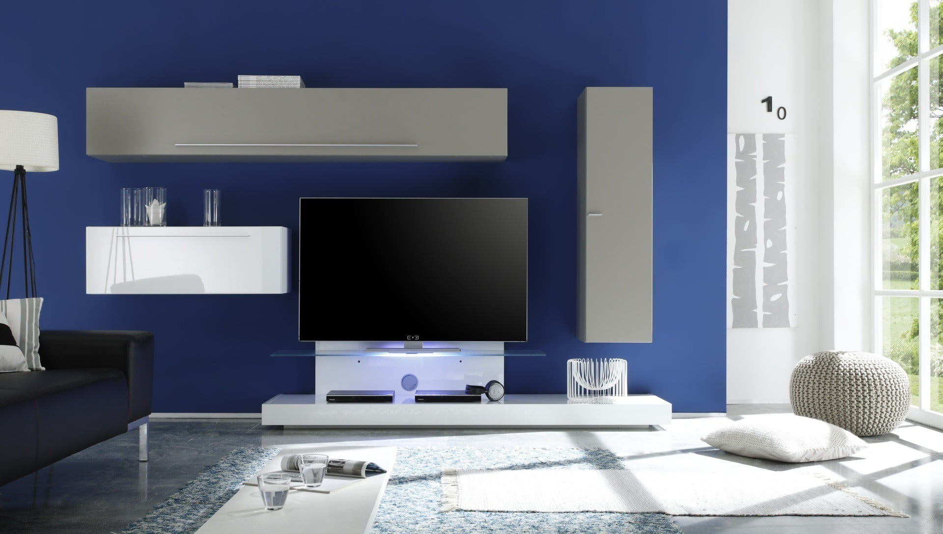 salon avec un meuble tv mural