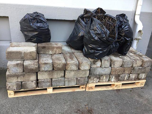 Någon som behöver betongstenar? Vi gör om på vår uteservering och har många stenar över. Kostar inget men de väger mycket och du får hämta dem hos oss #materiamajorna