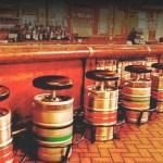 Decoração de bar: quando barris de chopp viram banquinhos