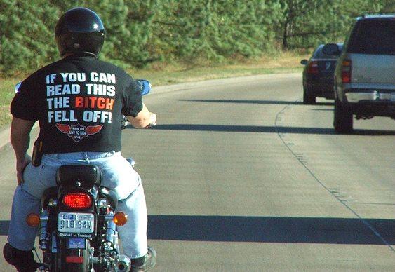 Frase estampada em camiseta de motociclista