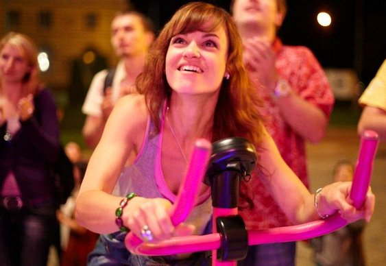 Strip-tease masculino pedalando bikes e neon