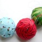 Ideia de bolas e enfeites de Natal com tiras coloridas de papel