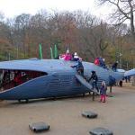 Crianças aprendem a preservar baleias em playground de praça