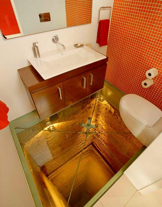 Banheiro com chão de vidro