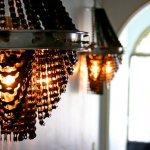 Lustres e luminárias com correntes e rodas de bicicletas recicladas