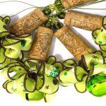 Enfeites com rolhas de cortiça recicladas para árvore de Natal