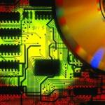 Placas velhas são derretidas e circuitos eletrônicos reaproveitados