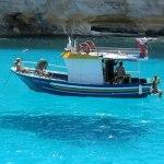 Ilusão de ótica: barco mágico flutua acima da linha d'água