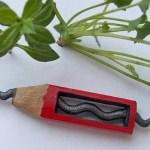 Micro-esculturas de cobras e correntes em grafite de lápis
