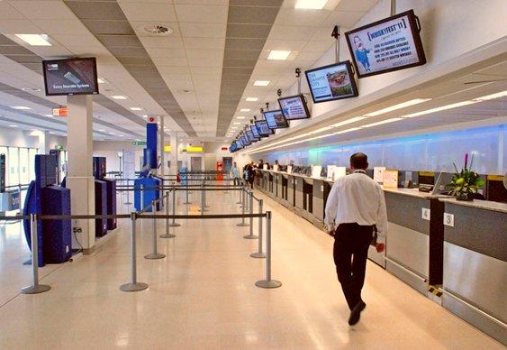 Terminal vazio de aeroporto