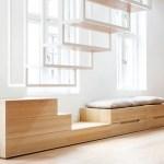 Escada suspensa de metal serve como divisória de ambientes