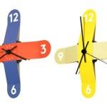 Relógios de parede coloridos montados com fitas de vinil adesivas