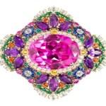 Anéis de ouro com pedras preciosas para as deusas da opulência