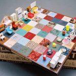 Jogo de xadrez com móveis em miniatura das casinhas de bonecas