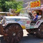 Jeep Willys muito louco coberto de placas e com pneus de ferro
