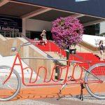Bicicletas tipográficas com nomes escritos nos quadros de aço