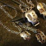 Colheres recicladas como pingentes góticos e steampunk