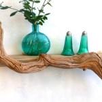 Prateleiras rústicas de madeira reciclada na decoração marinha