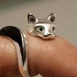 Anel regulável de prata acetinada com a forma de gato selvagem