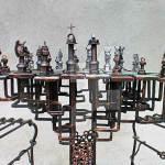 Um incrível tabuleiro de metal para xadrez no gênero steampunk