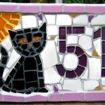 Mosaico de gato como placa de endereço com o número de casa