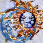 Sol & Lua em chapa de metal escovado com reflexos holográficos