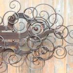 Arte decorativa e ornamental com varetas paralelas de metal