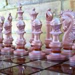 Montar as peças do jogo de xadrez customizado dá um trabalho…