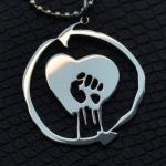 Pingente com o símbolo da banda de punk rock Rise Against
