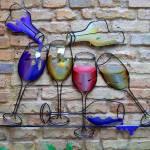 Painel com garrafas e taças de vinho na decoração de bar