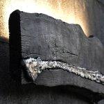 Luminária de parede: tábua queimada e metal reciclado