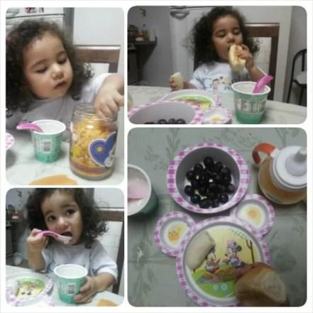 Café da manhã: suco de laranja, uva, banana, pão caseiro, iogurte natural, cereal de milho orgânico sem açúcar e leite materno.