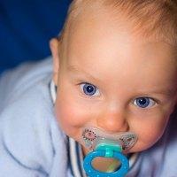 Bebê com chupeta na boca