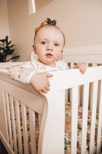 bebê de pé no berço