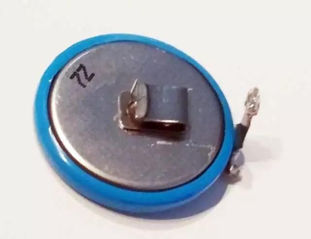 Der neue Akku für den Tacktick Micro Compass mit den angelöteten und angepassten Kontakten