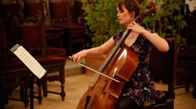 Mathilde suona il violoncello nell'aula magna per la festa di agraria a Perugia